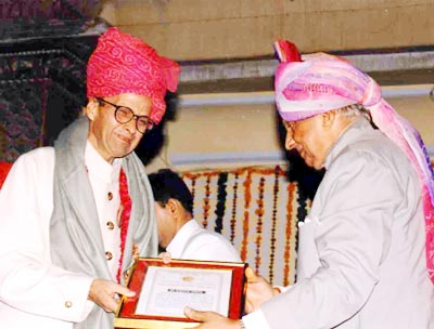The director general of Sawai Man Singh Museum Trust, Yaduendra Sahai, being honoured for his contribution to museology by Brig Bhawani Singh of Jaipur.